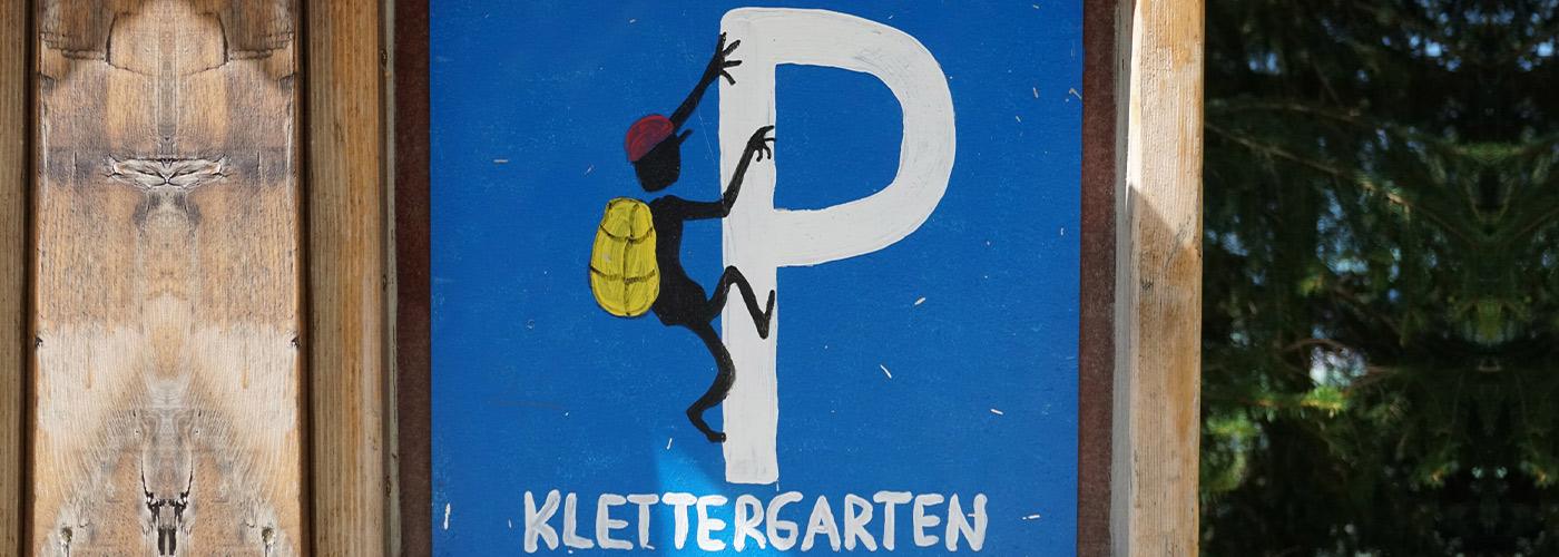 Parkplatzschild mit eineParkplatzschild mit einem Klettermännchenm Klettermännchen