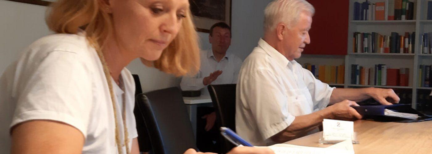 Frau Kirsten Hieble-Fritz bei der Unterschrift, Im Hintergrund Herr Lechner